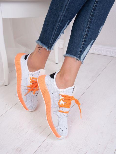 Białe dzianinowe buty sportowe z neopomarańczowymi elementami                              zdj.                              3