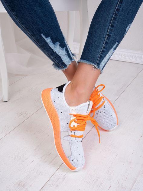 Białe dzianinowe buty sportowe z neopomarańczowymi elementami                              zdj.                              4