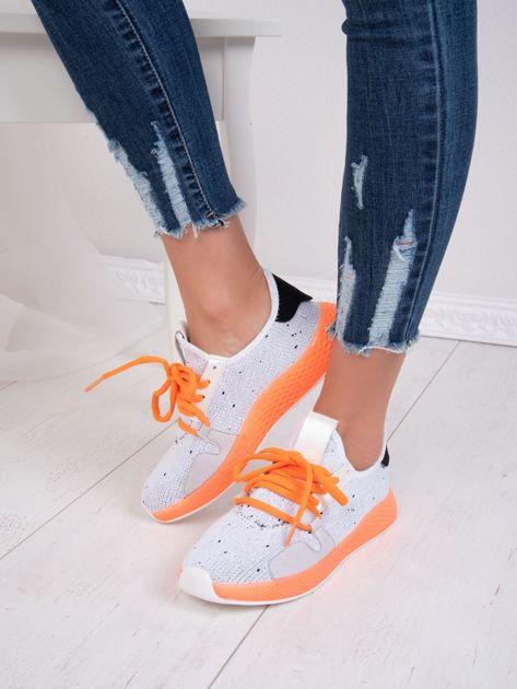 Białe dzianinowe buty sportowe z neopomarańczowymi elementami                              zdj.                              5