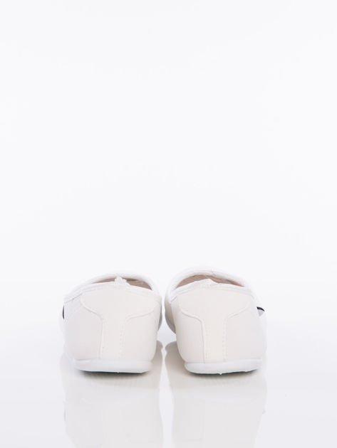 Białe gładkie materiałowe baleriny Mellow na białej podeszwie                                  zdj.                                  3