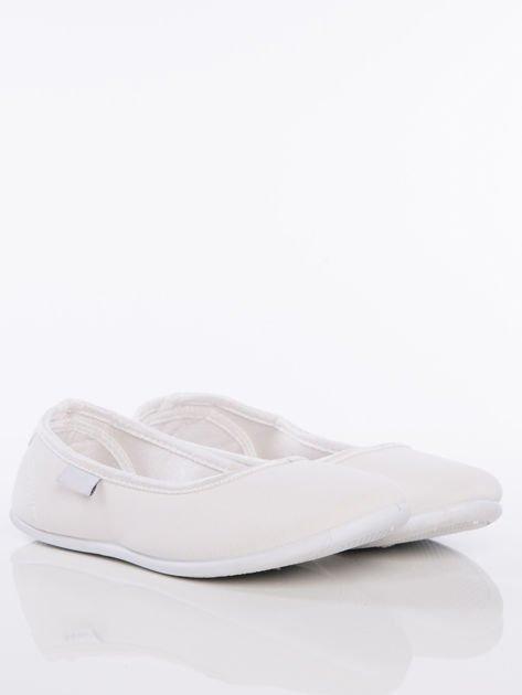 Białe gładkie materiałowe baleriny Mellow na białej podeszwie                                  zdj.                                  2