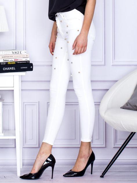 Białe jeansowe spodnie rurki z perełkami                                  zdj.                                  3