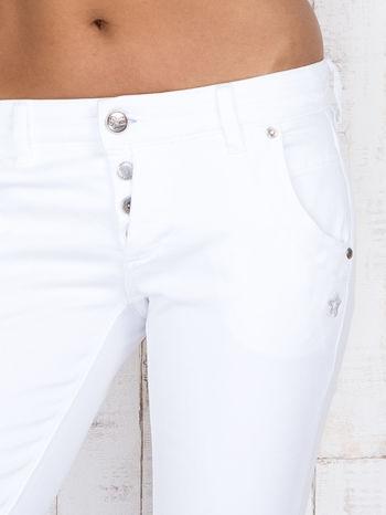 Białe jeansowe spodnie z haftowanymi elementami                                  zdj.                                  4