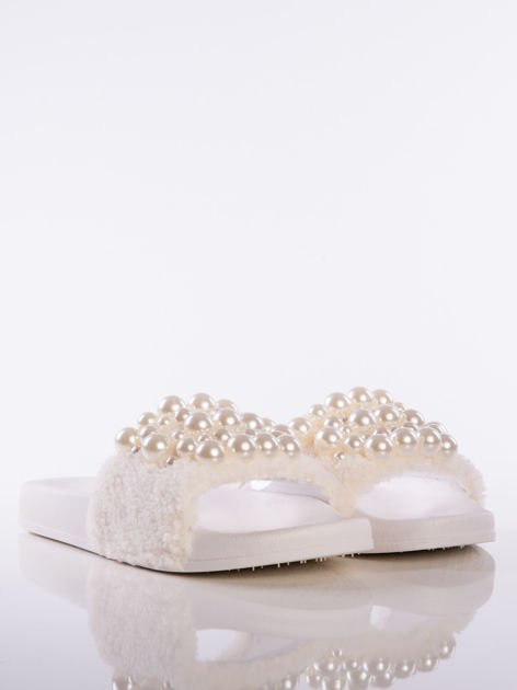 Białe klapki z futrzanym przodem i ozdobnymi perełkami