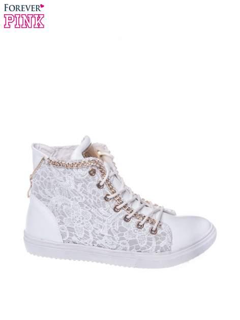 Białe koronkowe sneakersy z łańcuszkiem
