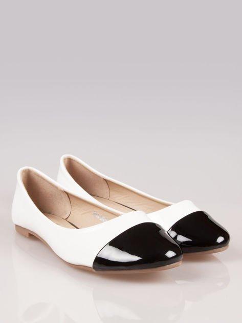 Białe lakierowane baleriny Two-color z czarnym noskiem                                  zdj.                                  2