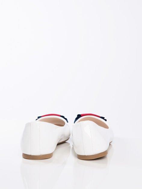 Białe lakierowane baleriny z ozdobną kolorową kokardka                              zdj.                              3