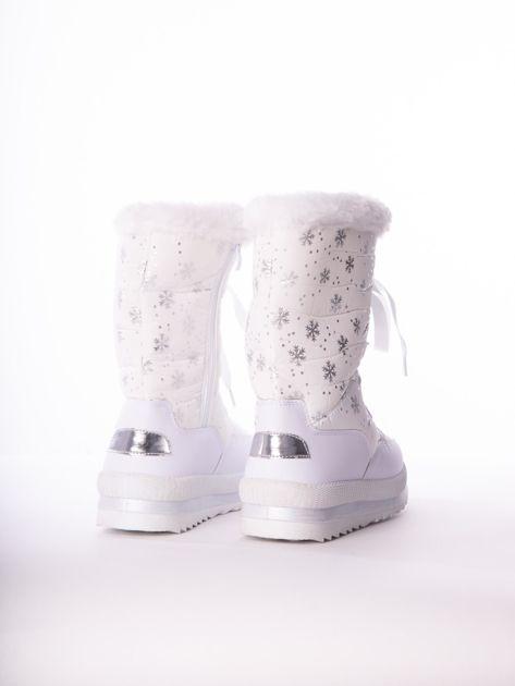 Białe pikowane śniegowce w srebrne gwiazdki sznurowane tasiemką                              zdj.                              3