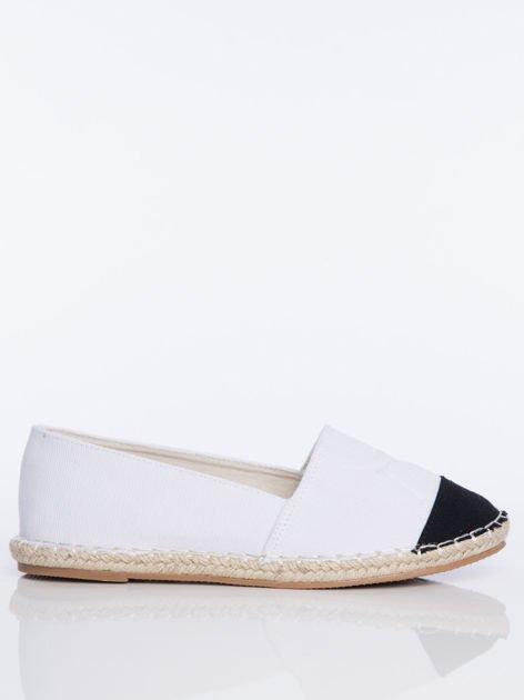 Białe płócienne espadryle z tłoczoną literką na cholewce i czarną wstawką  na przodzie buta