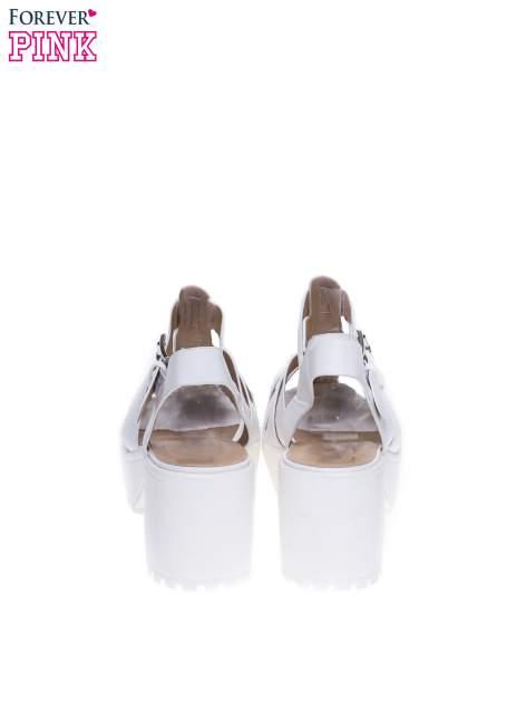 Białe sandały z klamerką na traktorowym obcasie                                  zdj.                                  3