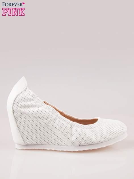 Białe siateczkowe buty na koturnie