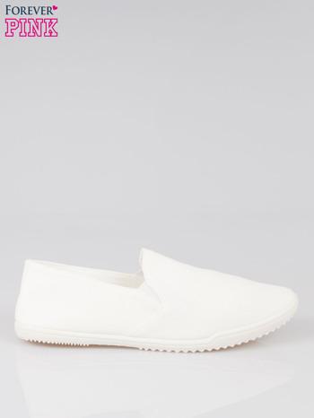 Białe sliponki na elastycznej podeszwie