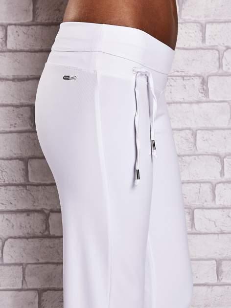 Białe śliskie spodnie capri z dżetami i troczkami                                  zdj.                                  5