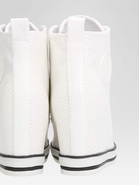Białe sneakersy damskie z siateczką                                  zdj.                                  7