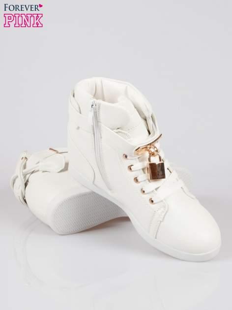Białe sneakersy damskie ze złotą kłódką                                  zdj.                                  4