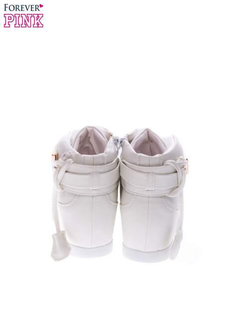 Białe sneakersy do kostek ze złotą kłódką                                  zdj.                                  3