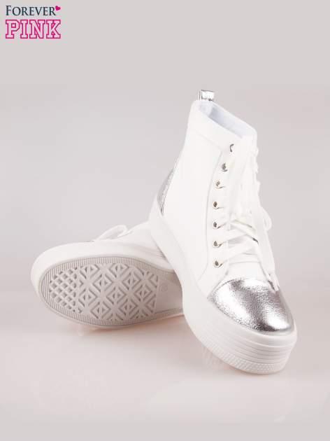 Białe sneakersy za kostkę Nessa na grubej podeszwie ze srebrnym noskiem                                  zdj.                                  4