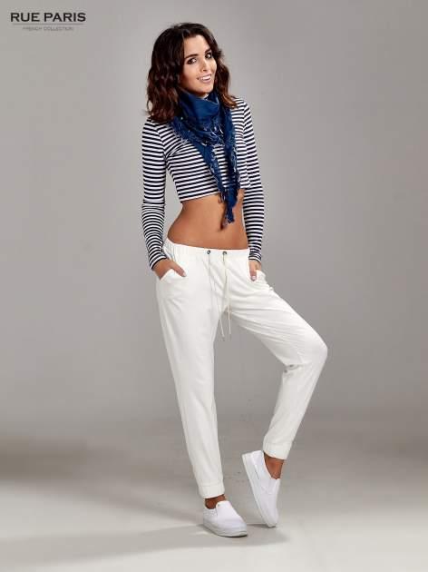 Białe spodnie dresowe ze zwężanymi nogawkami z efektem połysku                                  zdj.                                  2