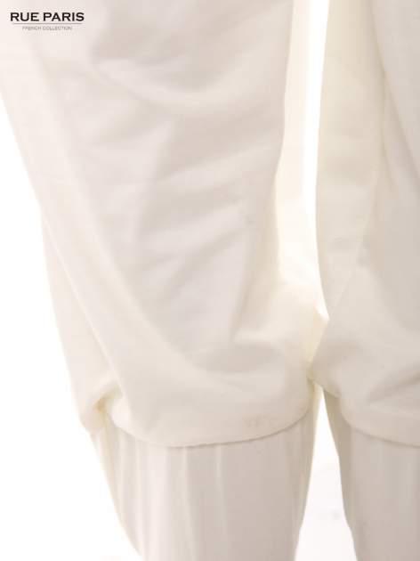 Białe spodnie dresowe ze zwężanymi nogawkami z efektem połysku                                  zdj.                                  7
