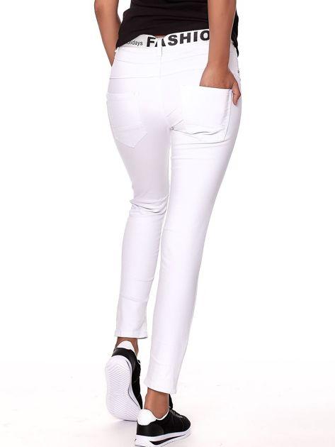 Białe spodnie jeansowe rurki z wyższym stanem                              zdj.                              2
