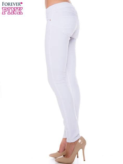 Białe spodnie jeansowe typu rurki                                  zdj.                                  2