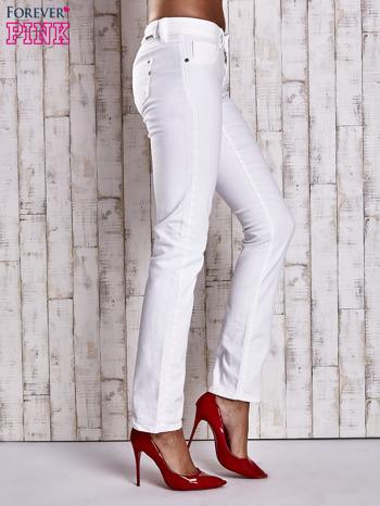 Białe spodnie regular jeans z napami                                  zdj.                                  2