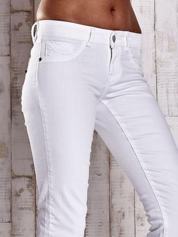 Białe spodnie regular jeans z napami                                  zdj.                                  5