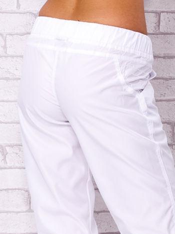 Białe spodnie sportowe capri z guzikami                                  zdj.                                  6