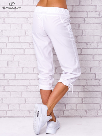 Białe spodnie sportowe capri z guzikami                                  zdj.                                  3
