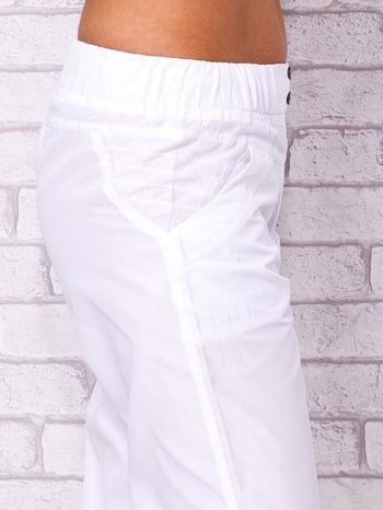 Białe spodnie sportowe capri z guzikami                                  zdj.                                  5