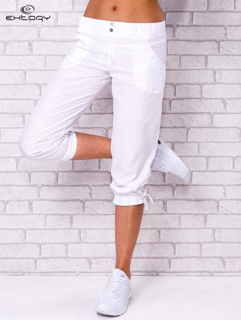 Białe spodnie sportowe capri z guzikami                                  zdj.                                  1