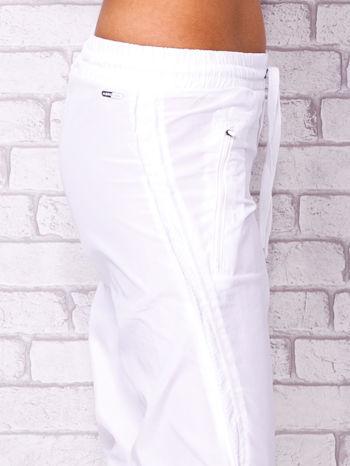 Białe spodnie sportowe capri z siateczką                                  zdj.                                  5