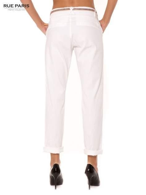 Białe spodnie z paskiem z lakierowanej skóry                                  zdj.                                  2