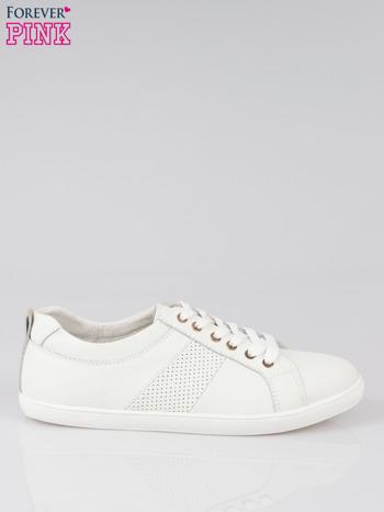 Białe sznurowane buty sportowe