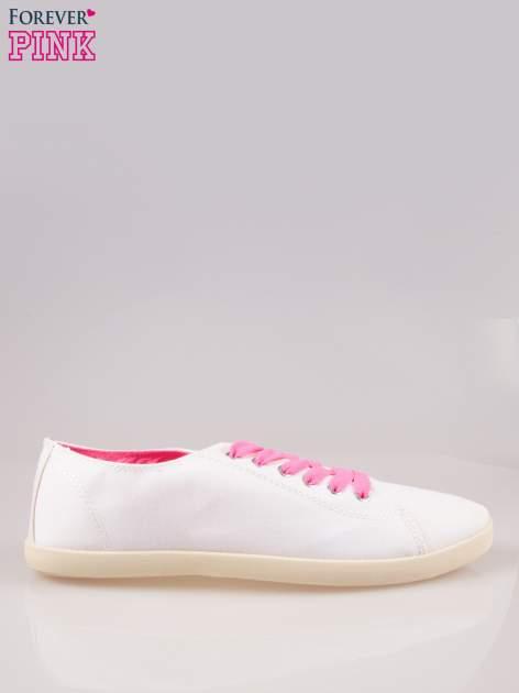 Białe tenisówki damskie z różowymi sznurówkami