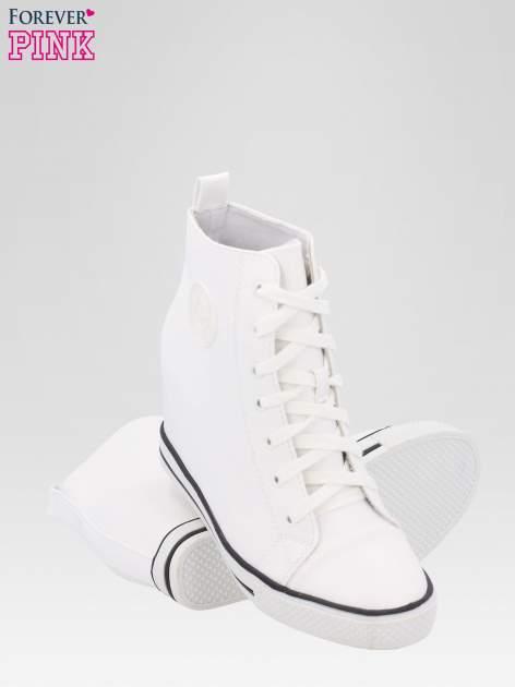 Białe trampki na koturnie w stylu sneakersów                                  zdj.                                  4