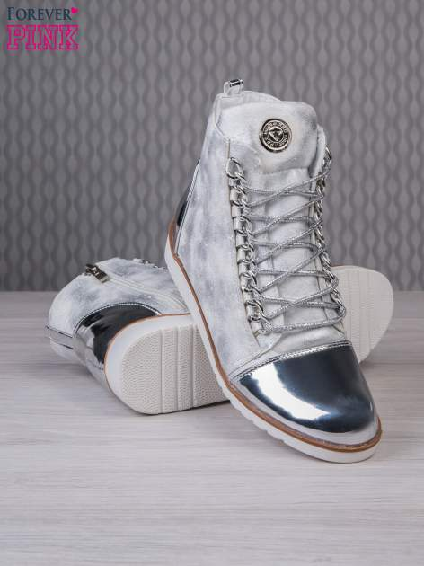 Białe zamszowe sneakersy z lustrzanymi elementami                                  zdj.                                  4