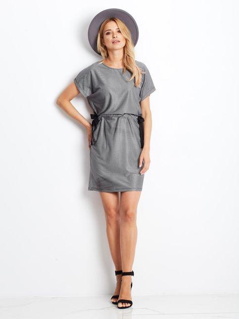 Biało-czarna sukienka w kratę z wiązaniem                              zdj.                              4
