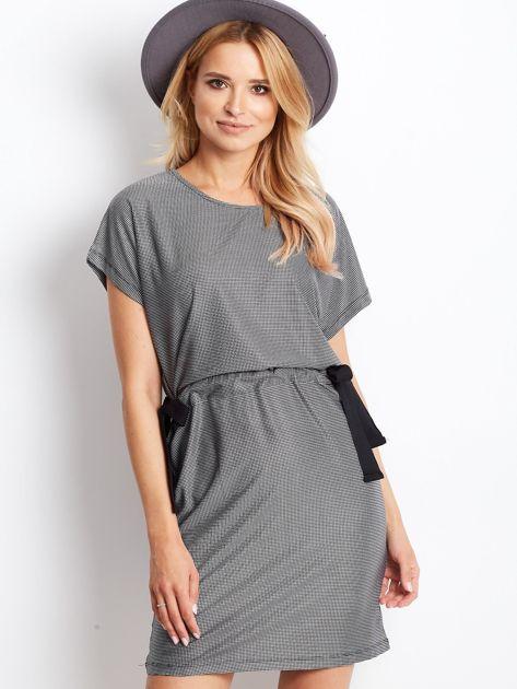 Biało-czarna sukienka w kratę z wiązaniem                              zdj.                              3