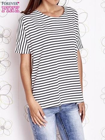 Biało-czarny t-shirt w paski z ozdobnym dekoltem na plecach