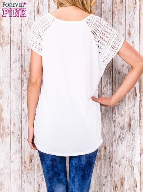 Biało-czarny wzorzysty t-shirt z koronkowymi rękawami                                  zdj.                                  4