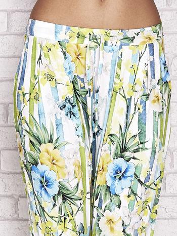 Biało-niebieskie spodnie capri z motywem pasków i kwiatów                                  zdj.                                  4