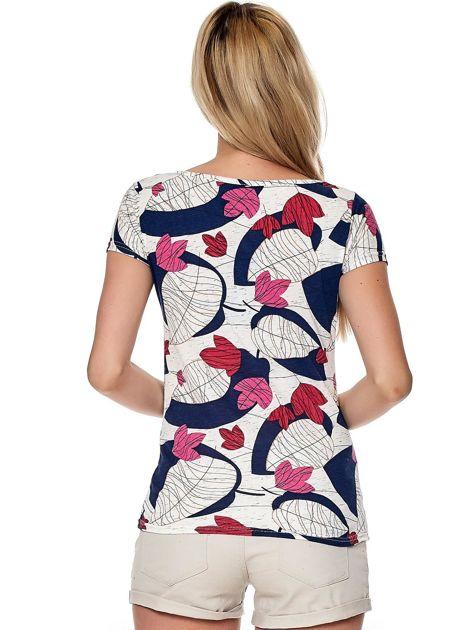 Biało-różowy t-shirt z roślinnymi motywami                              zdj.                              2