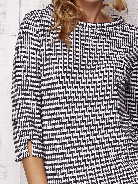 Biało-szara bluzka w pepitkę z dekoltem w łódkę                                  zdj.                                  5