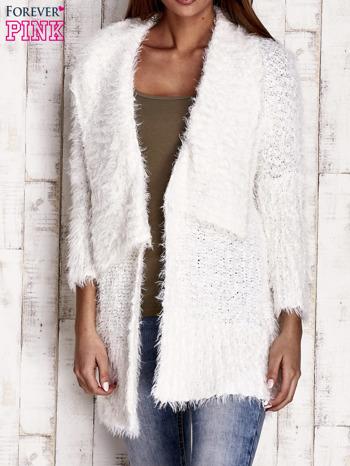 Biały asymetryczny sweter z szerokim kołnierzem                                  zdj.                                  1