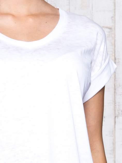 Biały asymetryczny t-shirt z trójkątnym dekoltem                                  zdj.                                  6