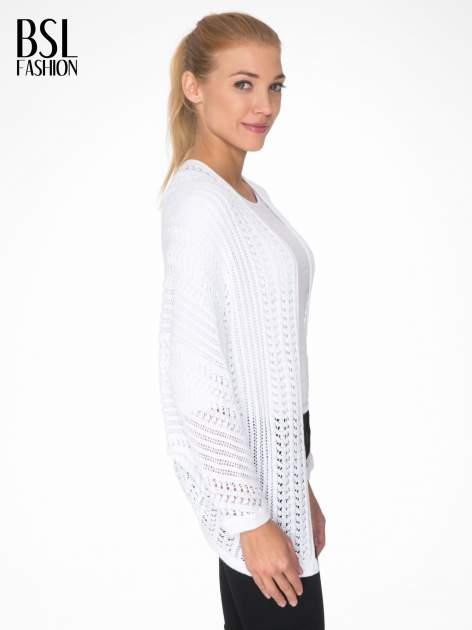 Biały ażurowy sweter typu narzutka poncho                                  zdj.                                  3
