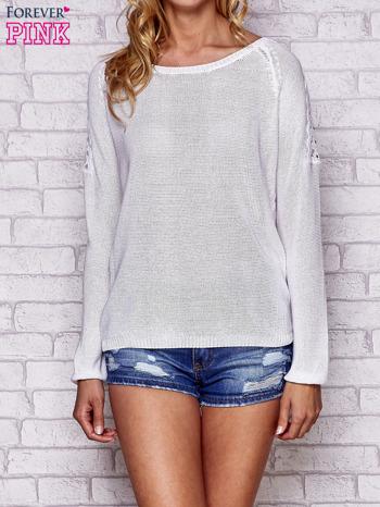 Biały błyszczący sweter z koronkowymi wstawkami                                  zdj.                                  1