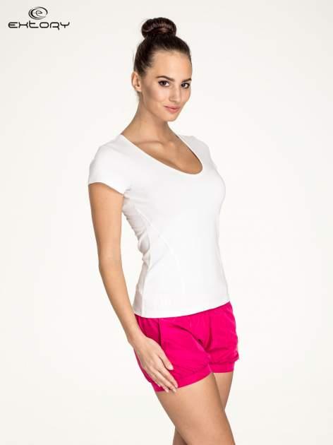 Biały damski t-shirt sportowy z dekoltem U                                  zdj.                                  3
