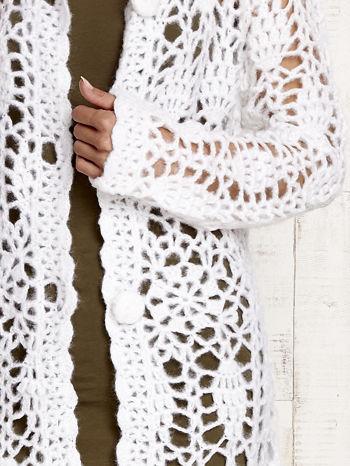 Biały długi sweter na guziki                                  zdj.                                  6